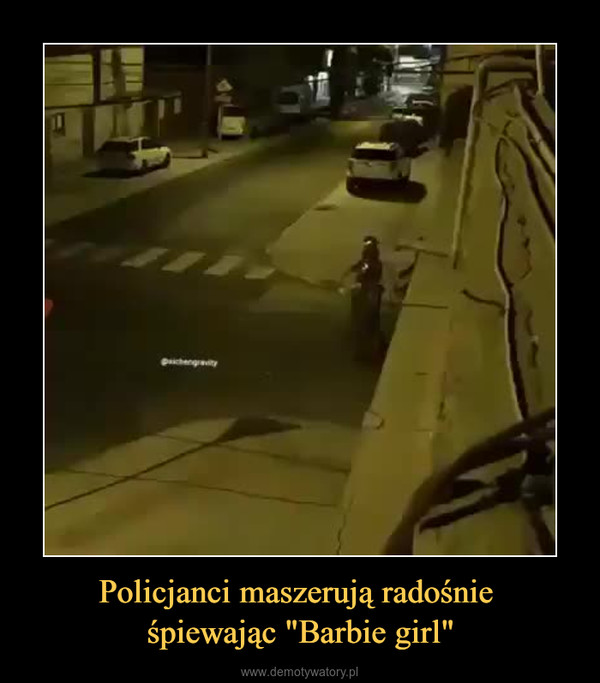 """Policjanci maszerują radośnie śpiewając """"Barbie girl"""" –"""