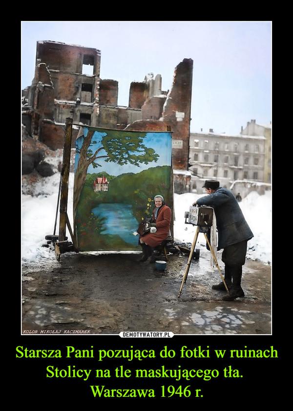 Starsza Pani pozująca do fotki w ruinach Stolicy na tle maskującego tła. Warszawa 1946 r. –