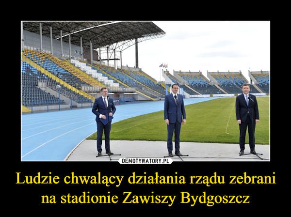 Ludzie chwalący działania rządu zebrani na stadionie Zawiszy Bydgoszcz –