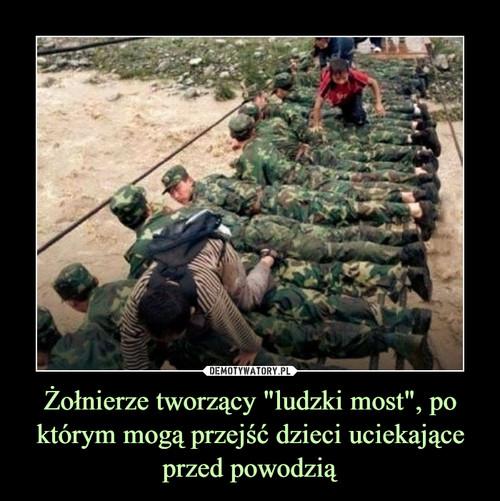 """Żołnierze tworzący """"ludzki most"""", po którym mogą przejść dzieci uciekające przed powodzią"""